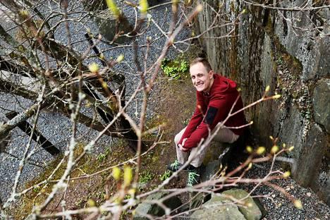 Finnairin lomautettu stuertti Mikael Immonen kaipaa Japaniin, jonne hän pääsi työmatkoillaan. Ikävään auttaa Roihuvuoren japanilaistyylinen puutarha.