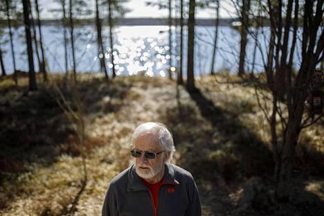 Karstulalainen Jukka Hiltunen, 70, kotipihallaan järvimaisemissa.