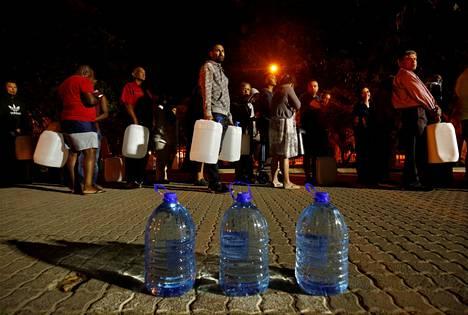 Ihmiset jonottivat lähteelle saadakseen juomavettä Newlandsin esikaupungissa Kapkaupungissa tammikuun lopulla. Vesikriisin pelätään kärjistyvän seuraavien kuukausien aikana.