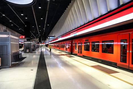 Länsimetron valmistumisaikataulu kiristi HKL:n ja Siemensin välejä automatisointiurakassa. Koivusaari on yksi länsimetron valmistuneen osuuden uusia asemia.