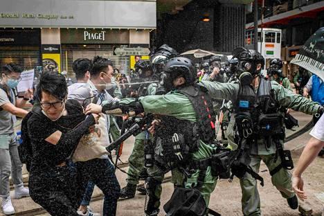 Mellakkapoliisit mielenosoittajien kimpussa Hongkongissa 24. toukokuuta.