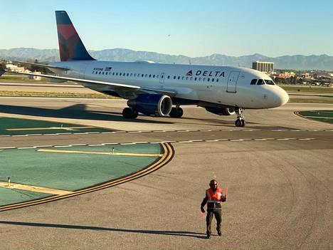Airbusin kone Los Angelesin lentokentällä Yhdysvalloissa.