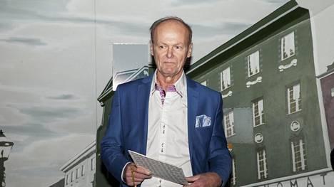 Pöytäkirjojen ulkopuolelta III -kirjoituskilpailun voittaja Jarmo Aaltonen otti palkinnon vastaan Päivälehden museossa maanantaina.