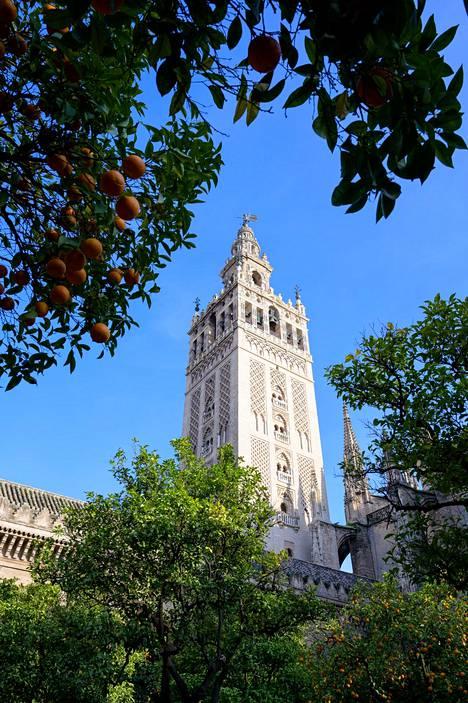 Sevillan katedraalin kellotorni Giralda on alunperin 1100-luvulla rakennettu moskeijan minareetti.