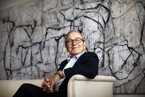 """""""Se oli historiallisesti niin suuri ratkaisu Suomelle, että istutaan yhdessä muiden kanssa ratkomassa Euroopan tulevaisuutta"""", Erkki Liikanen kiittää EU-jäsenyyttä. Erkki Liikanen kuvattiin kotonaan lempitaulunsa, Jukka Mäkelän Kevättalvi-teoksen edessä."""