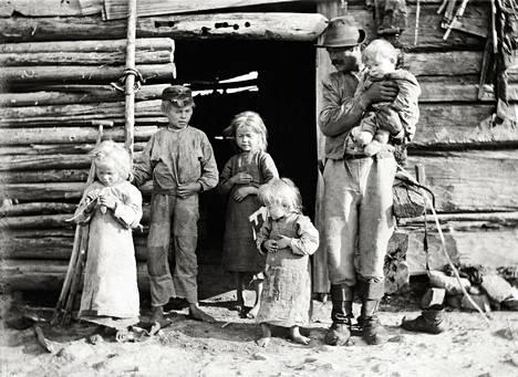 Isä lapsineen Taivalkosken Metsäkylässä. – Kaikki artikkelin kuvat ovat kirjan kuvitusta.