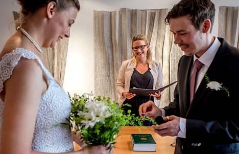 Elokuun alussa Elina Komulainen vihki Helsingin maistraatissa Jürgen Eino Schreiberin ja Helen Hofmannin avioliittoon.
