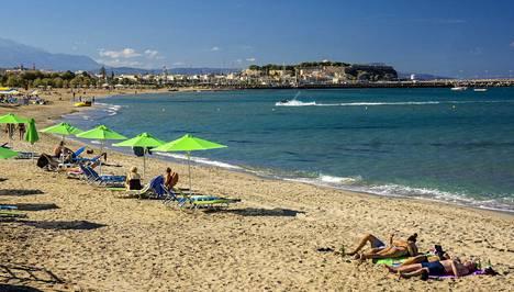 Osa Kreikkaan suuntaavista pakettimatkoista on jo myyty loppuun tältä kesältä. Kuvassa ihmisiä rannalla Kreetan Rethymnonilla vuonna 2018.