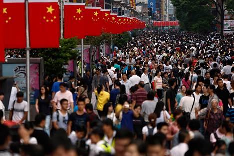 Ihmisiä Shanghain kaduilla Kiinan kansallispäivänä lokakuussa 2013.