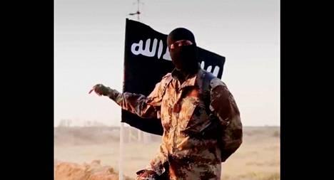 Still-kuva Isisin levittämästä videosta viime vuodelta. FBI epäilee, että videolla esiintyvä mies on aksentistaan päätellen pohjoisamerikkalainen.