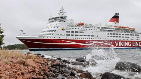 Viking Linen Amorella-laiva Ahvenanmaan läheisyydessä, jonne alus siirrettiin sen ajettua karille syyskuussa. Alus palaa liikenteeseen 4. marraskuuta.