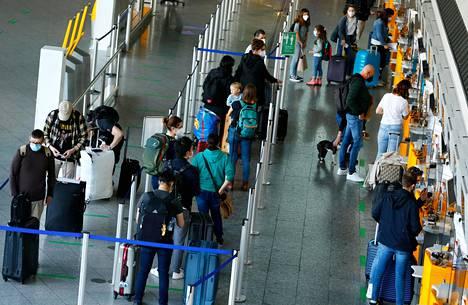 Matkustajat jonottivat lähtöselvitykseen Frankfurtin lentokentällä pääsiäisenä 1. huhtikuuta.
