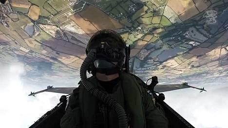 Tältä näyttää taitolento Hornetin ohjaamosta