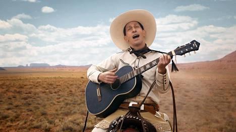 Vaikka hattu on sankarinvalkoinen, voi huumori olla mustaa, osoittaa episodiwesternin nimihenkilö Buster Scruggs (Tim Blake Nelson).