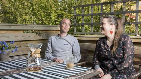 """Koronaepidemia ei vaikuttanut Aapeli Turkin ja Jenni Marttilan myyntipäätökseen:""""Ei mitään pelkoa, tälle on omat kiinnostuneet"""", sanoo Marttila."""