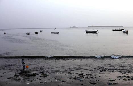 Mies keräilemässä meren antimia Dakarin edustalla Senegalissa 26 lokakuuta.