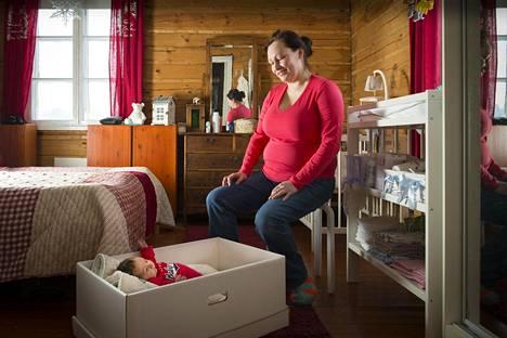 Terhi Skriko ja kuusi viikkoa sitten syntynyt vauva Siuntiossa.