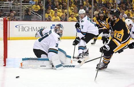 Sharks-maalivahti Martin Jones oli mies paikallaan. Tässä hänen paremmuutensa joutuu tunnustamaan Penguinsin Nick Bonino.