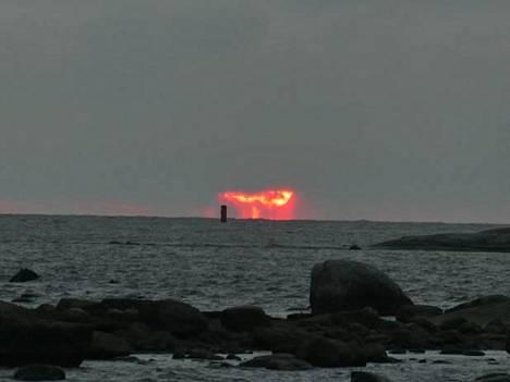 Tutkija Tiera Laitisen mukaan on tavallista, että auringonvalo punertaa, kun valo tulee pienten hiukkasten tai pisaroiden läpi.