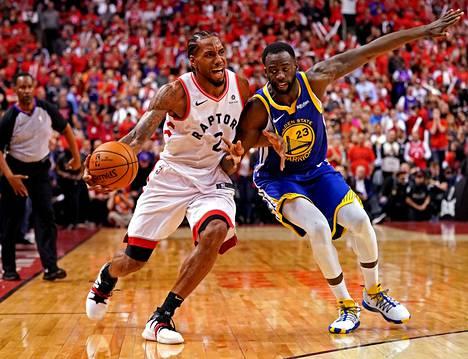 Kawhi Leonard (vas.) voitti NBA:n mestaruuden Toronto Raptorsin kanssa viime kaudella.