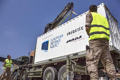 Yksi näyttö Euroopan puolustusyhteistyöstä on konttiin pakattu 3d-tulostin, jota sovelletaan puolustusteollisuuden käyttöön.