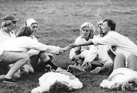 Vielä naisjalkapalloilija ei ole yhtä pitkälle viritetty kuin miespuolinen potkija. Naisella on varaa nautiskeluun pelitauolla.