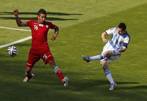 Oikea Lionel Messi (oik.) teki vuoden 2014 MM-kisoissa ratkaisevan maalin Iranin verkkoon. Vale-Messin isä raivostui ja syytti poikaansa.