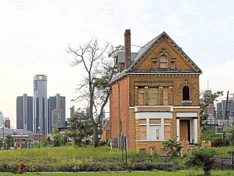 Hylätyt talot hallitsevat Detroitia. Kuvassa taustalla vaikeuksista kärsineen autojätin GM:n pääkonttori.