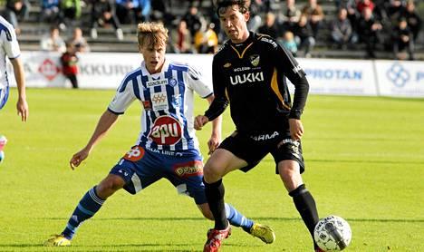HJK:n Rasmus Schüller (vas.) ja Hongan Ruben Palazuelos Garcia kamppailivat pallosta Veikkausliigan ottelussa sunnuntaina.