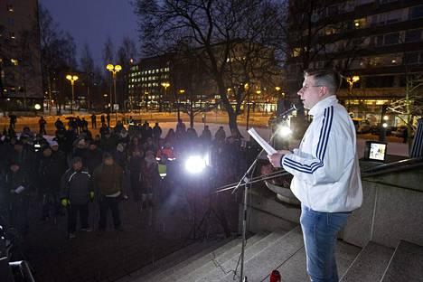Oulun perussuomalaisten puheenjohtaja Sebastian Tynkkynen puhui puolueen järjestämässä mielenosoituksessa viime joulukuussa. Mielenosoitus järjestettiin Oulussa tutkittavien hyväksikäyttö- ja raiskausepäilyjen takia.