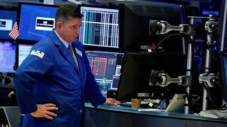 Osakevälittäjä työskenteli New Yorkin pörssissä keskiviikkona. Trumpin skandaali heilutti pörssikursseja.