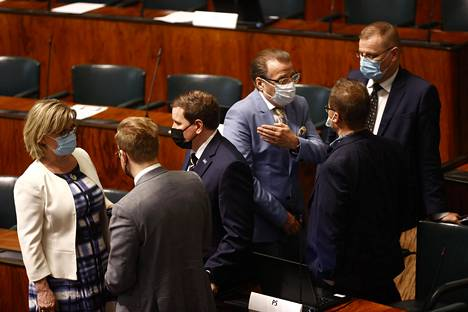 Kansanedustajia elvytyspakettikeskustelun keskeydyttyä eduskunnassa perjantaina.