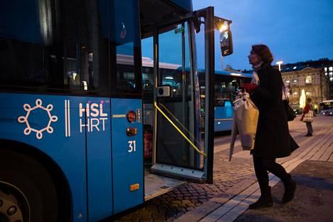 Valtuustoaloitteessa haluttaisiin mahdollisuus ostaa matkalippuja vain yhdelle vyöhykkeelle muuallakin kuin D-vyöhykkeellä. Linja-autoja Rautatientorilla marraskuussa.