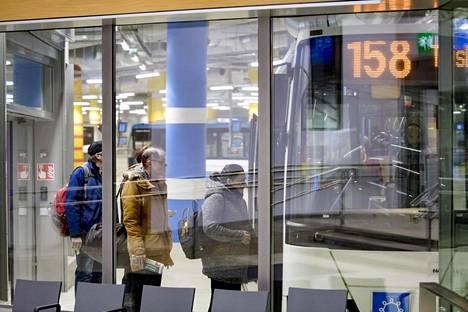 Espoolaiset ovat olleet erittäin tyytymättömiä länsimetron liityntäbussien reitteihin ja matka-aikoihin. Vaihdot metroon ovat olleet ruuhkaisia Matinkylässä.