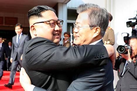 Pohjois-Korean johtaja Kim Jong-un (vas.) ja Etelä-Korean presidentti Moon Jae-in tapasivat Koreoiden rajavyöhykkeellä lauantaina.