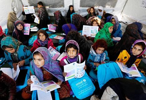 Levottomuuksia paenneet lapset kävivät koulua pakolaisleirillä Heratin maakunnassa Afganistanissa lokakuussa.