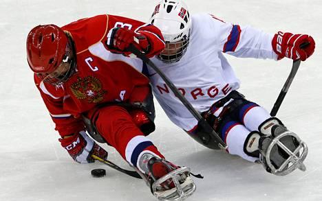 Venäjän Dmitri Lisovilla (vas.) on kaksi tavoitetta: paralympiakulta ja kehittyä maailman parhaaksi.