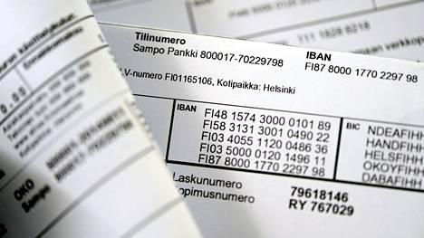 Pankkien tilinumeroita laskussa.