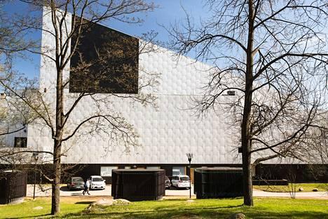 Alvar Aallon suunnittelema Finlandia-talo sijaitsee Töölönlahden rannalla Helsingissä.