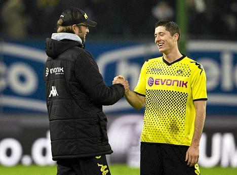 Dortmundin päävalmentaja Jürgen Klopp onnitteli joukkueen pelaajaa Robert Lewandowskia HSV-voiton jälkeen.