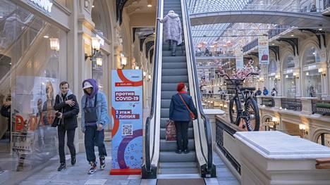 Punaisen torin laidalla sijaitseva 1800-luvulla rakennettu ostoskeskus Gum on täynnä kalliita merkkiliikkeitä. Sen yläkerrassa on koronavirusrokotepiste.