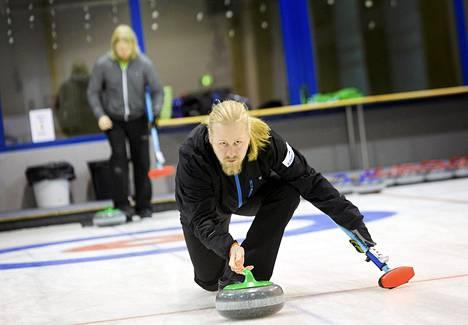 Suomen curling-maajoukkue harjoittelee Oulunkylän palloiluhallissa. Kapteeni Aku Kauste.