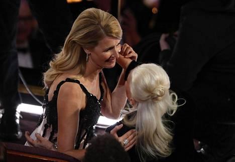 Näyttelijä Laura Dern juhlii Oscar-voittoaan Hollywoodin elokuvajuhlassa.