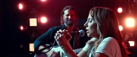 Rocktähti Jackson Maine (Bradley Cooper) nostaa menestykseen kapakkalaulaja Allyn (Lady Gaga), ja he rakastuvat.