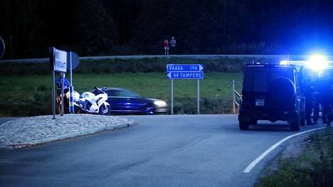 Poliiseja tiellä E12 Hämeenkyrössä sunnuntai-iltana. Poliisi otti kaksi henkilöä kiinni Tampereen seudulla.