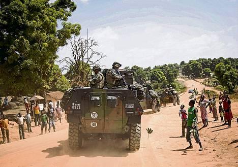 Bouarin kaupungin asukkaat tervehtivät lauantaina Keski-Afrikan tasavallassa ranskalaissotilaita, jotka saapuivat turvaamaan sekasortoon ajautunutta maata.