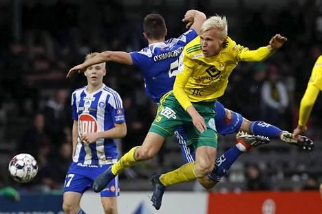 HJK:n Daniel O'Shaughnessy ja Ilveksen Eemeli Raittinen (oik) kamppailivat Veikkausliigan ottelussa Tampereella viime lokakuussa.