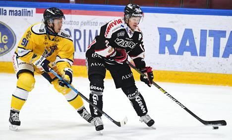 JYPin Jani Tuppurainen suojasi helmikuussa 2020 pelatussa ottelussa kiekkoa Jukurien Mikko Kuukalta. Tämänkertaisessa ottelussa Tuppurainen teki JYPin neljännen ja samalla viimeisen osuman tyhjään maaliin.