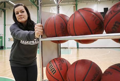 Tapiolan Hongan yhteisömanageri Sonja Herrala on huolissaan koripalloperheiden lisääntyneistä maksuvaikeuksista.