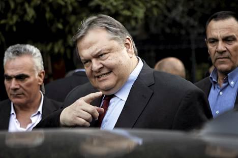 Sosialistijohtaja Evangelos Venizelos palaamassa kokouksesta maanantaina 24. kesäkuuta.